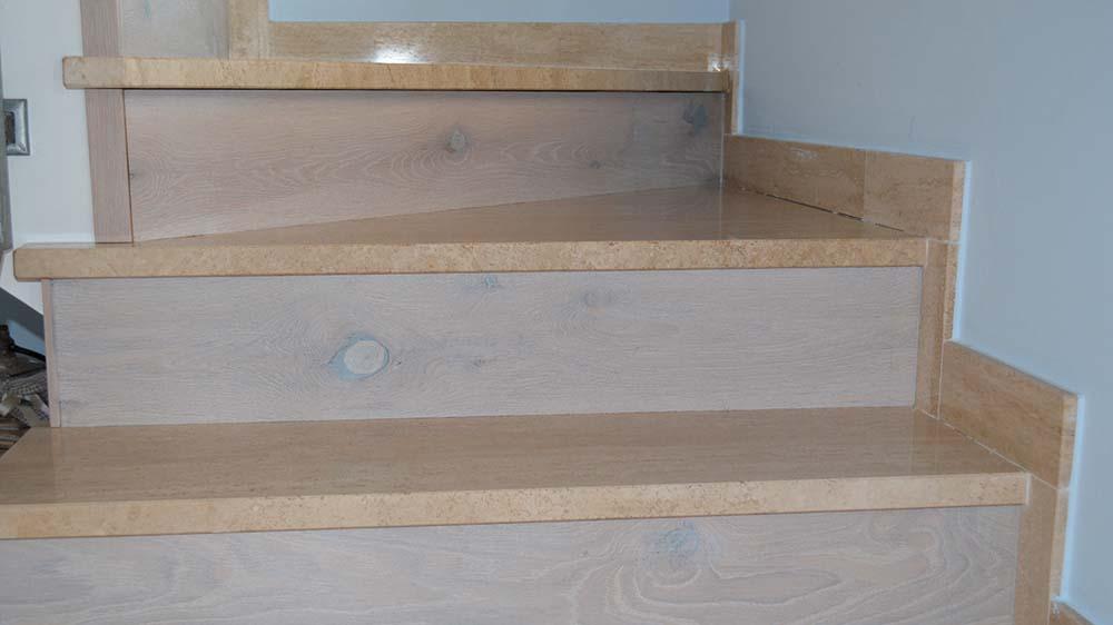 Ricopertura gradini con legno chiaro